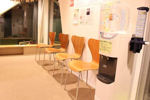 間接照明の待合室