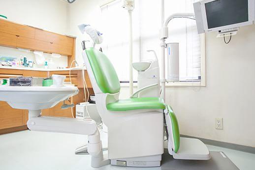 診療チェア。落ち着いた環境で治療が受けられます。