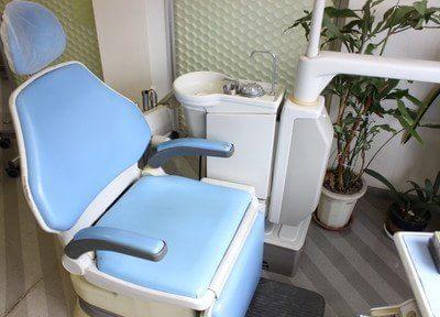 青色の診療チェアが印象的です。