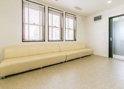 待合室には大きなソファがあり、広々としてリラックスしてお待ちいただけます。
