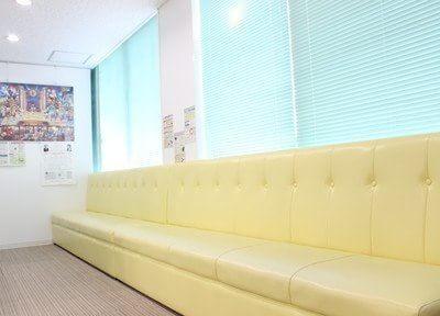 明るい待合室です。診療までこちらでお待ちください。