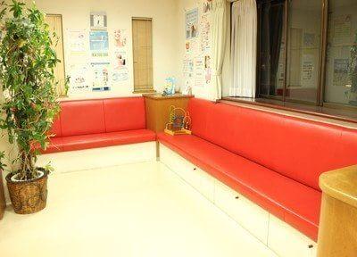御待ちの際はソファにお掛けください。