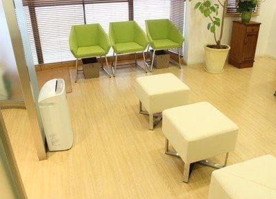 緑と白を基調とした待合室です。患者様によりリラックスしていただけるよう心掛けています。