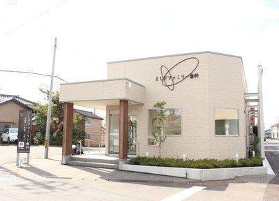 亀田駅から車で17分の位置にある、よしだファミリー歯科の外観です。