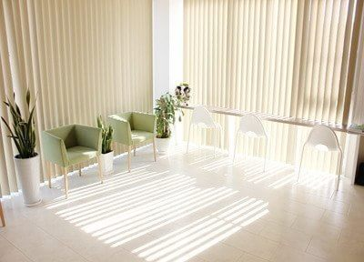待合室です。患者様の緊張を和らげる、明るい雰囲気のスペースです。