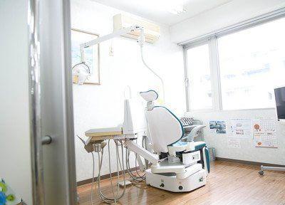 診療チェアの前には大きな窓があるため、景色を見ながらリラックスして治療を受けていただけます。