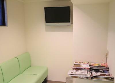 待合室には、リラックスして待てるTVがあります。
