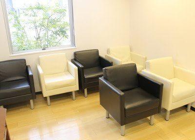 待合室です。一人掛け用のソファでリラックスしてお待ち下さい。
