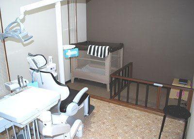目の前にキッズスペースを設けた個室診療室もございます。お子様連れでも安心して治療を受けていただけます。