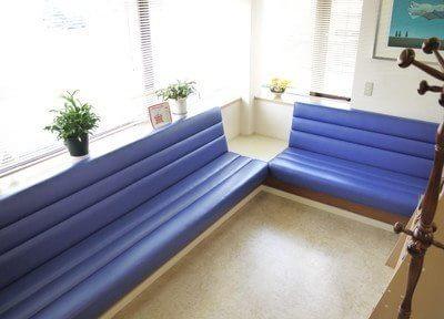 待合室には大きなソファーがあるので、快適にお待ちになれます。