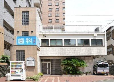 石黒歯科医院の外観です。青い看板が目印です。