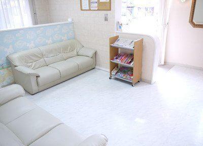 広々とした待合室です。テレビや雑誌、新聞などご用意しておりますので、診療までのお時間をソファーでお待ち下さい。