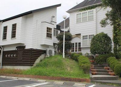 掛川駅からバスで8分の位置にある葛ヶ丘歯科医院の外観です。