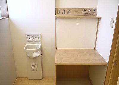 お手洗いにはベビーベットを設置しています。