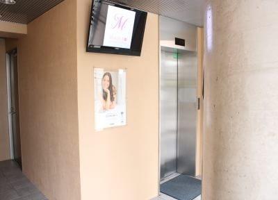 エレベーターで4階へお越しください。