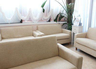 待合室には大きなソファがありますのでお寛ぎ下さい。