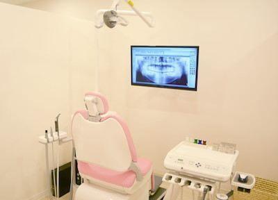診療室です。モニターを見ながら丁寧にご説明させていただきます。