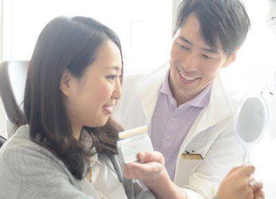 診療風景です。患者様に笑顔になっていただけるよう誠心誠意、治療をします。
