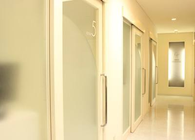 三隅歯科クリニックでは皆様のプライバシーを考えて、完全個室の診療室となっています。まわりの方の目を気にせず、リラックスして治療を受けていただけます。