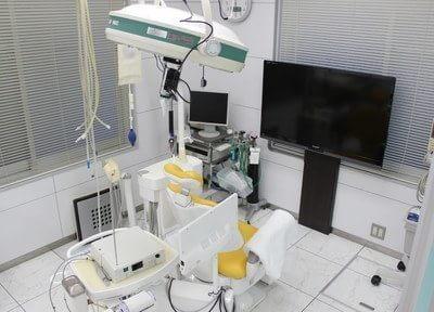 診療チェアです。大きなモニターを設置していますので、必要に応じて使用します。