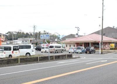 国道3号線沿いのジョイフルの裏の通りに医院はあります。
