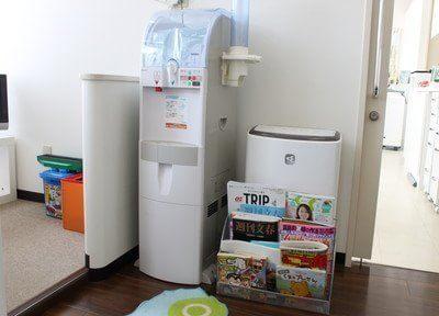待合室には雑誌やウォーターサーバーをご用意しております。
