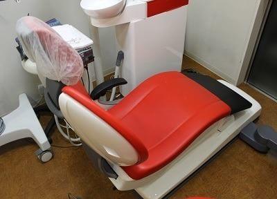 赤いおしゃれな診療チェアで治療を行います。