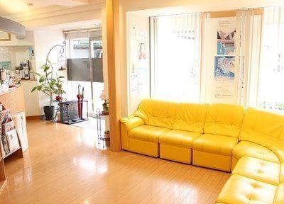 待合室です。黄色い大きなソファが印象的です。