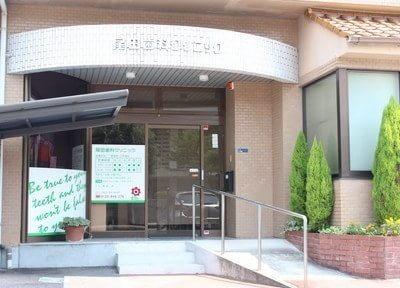 尾田歯科クリニックの外観です。駐車場も完備しています。
