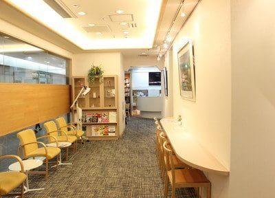 待合室はちょっとしたカフェのようなスペースになっています。
