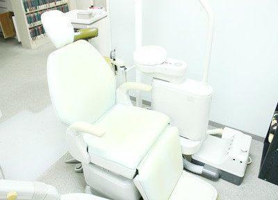 清潔な白い診療チェアで診療を行います。