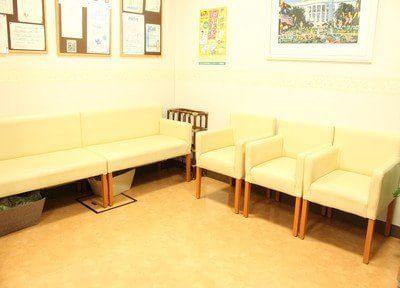 待合スペースです。診療やお支払いまでの間、こちらでお待ちください。