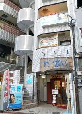 三田駅A3出口を出てすぐのところにある、 田町駅前歯科クリニックです。