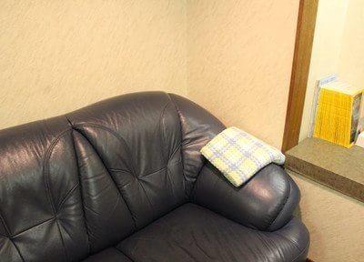 ふかふかなソファーでお待ちいただけます。