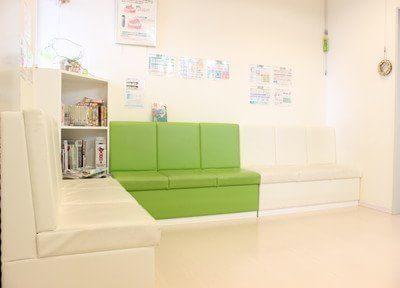 待合室です。白と緑の清潔感のあるソファでリラックスしてお待ちいただけます。