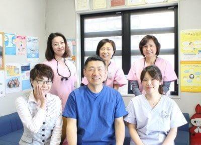 あおき矯正歯科の院長とスタッフです。皆様のご来院を笑顔でお待ちしています。