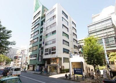 表参道駅すぐ横のビル5階が当院です。アクセスが良く、週3日20時まで診療を行っています。
