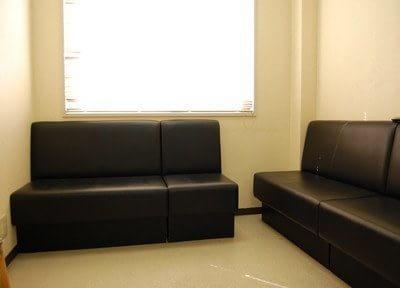 落ち着いた雰囲気の待合室です。