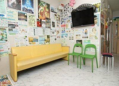 待合室です。ソファにお掛けになってお待ち下さい。