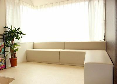 ゆったり座れる、開放的な待合室です。