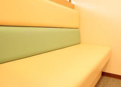 ソファも暖色でまとめており、やわらかい雰囲気の院内です。