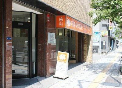 美原歯科医院の外観です。天満橋駅出口から徒歩3分、通りに面した歯科医院です。