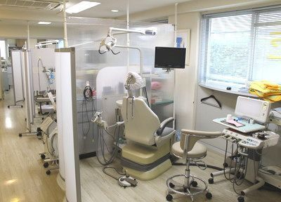 診療室内はパーティションで区切られており、周りを気にせず診療が受けられます。