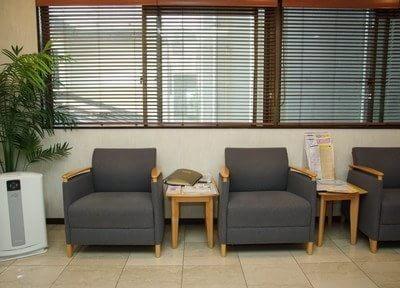 待合室です。ふかふかのソファに座ってお待ちください。