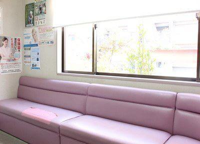 待合室です。ピンク色のソファが印象的です。ごゆっくり、お過ごしくださいませ。