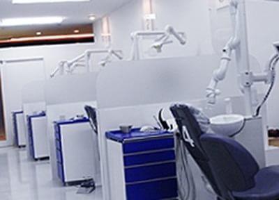 白い診療室です。白い壁と床に囲まれ、清潔感に溢れています。