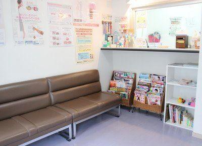 待合室と受付です。お待ちの間もリラックスしてお過ごしいただけるよう、 ゆったりとしたスペースをご用意しています。