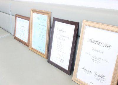 院長先生の証明書が待合室の後ろに並べられております。主にインプラントに関しましての証明書となります