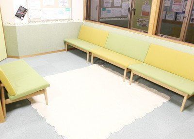 対面式の広い待合室は、可愛らしい印象です。ごゆっくりお過ごしくださいませ。