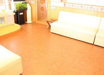 待合室は間接照明を使用しているので、温かみのある空間です。